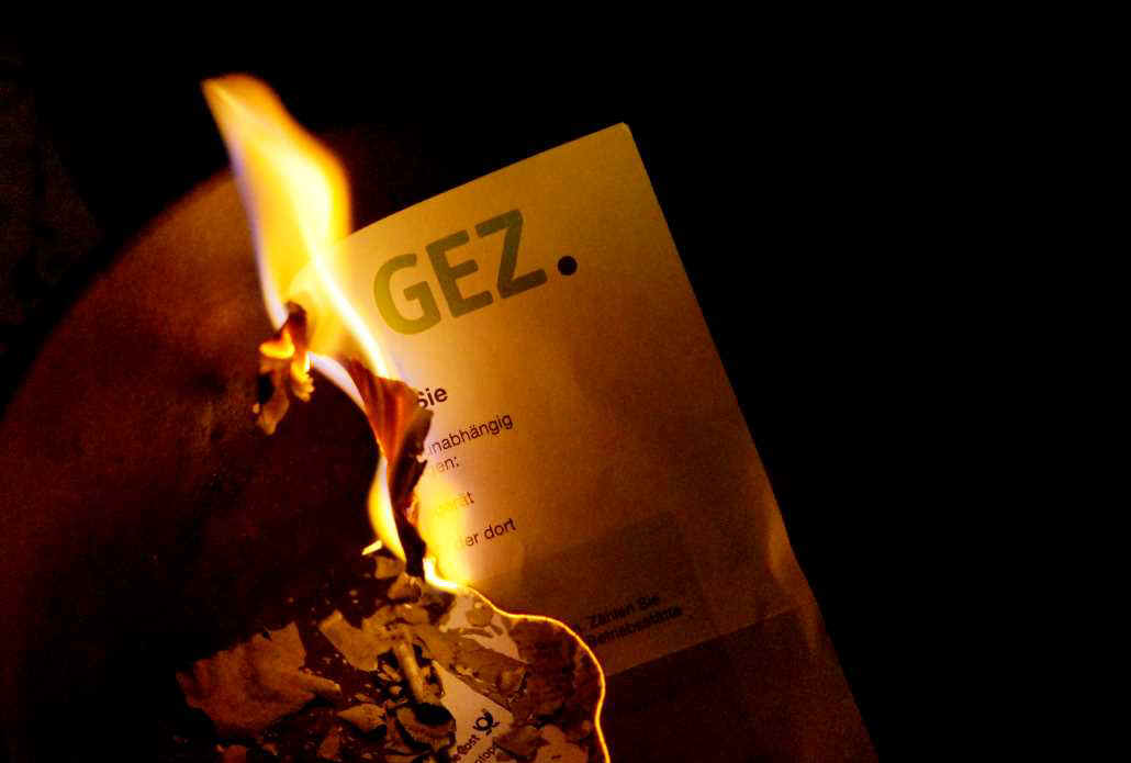 GEZ-Feuer-on-Internet.jpg (73035 Byte)
